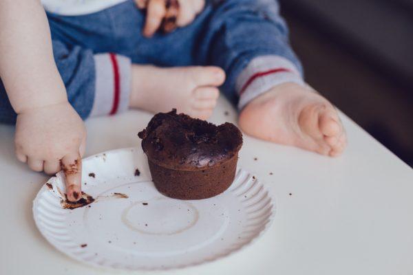 bimbo gioca con cioccolato