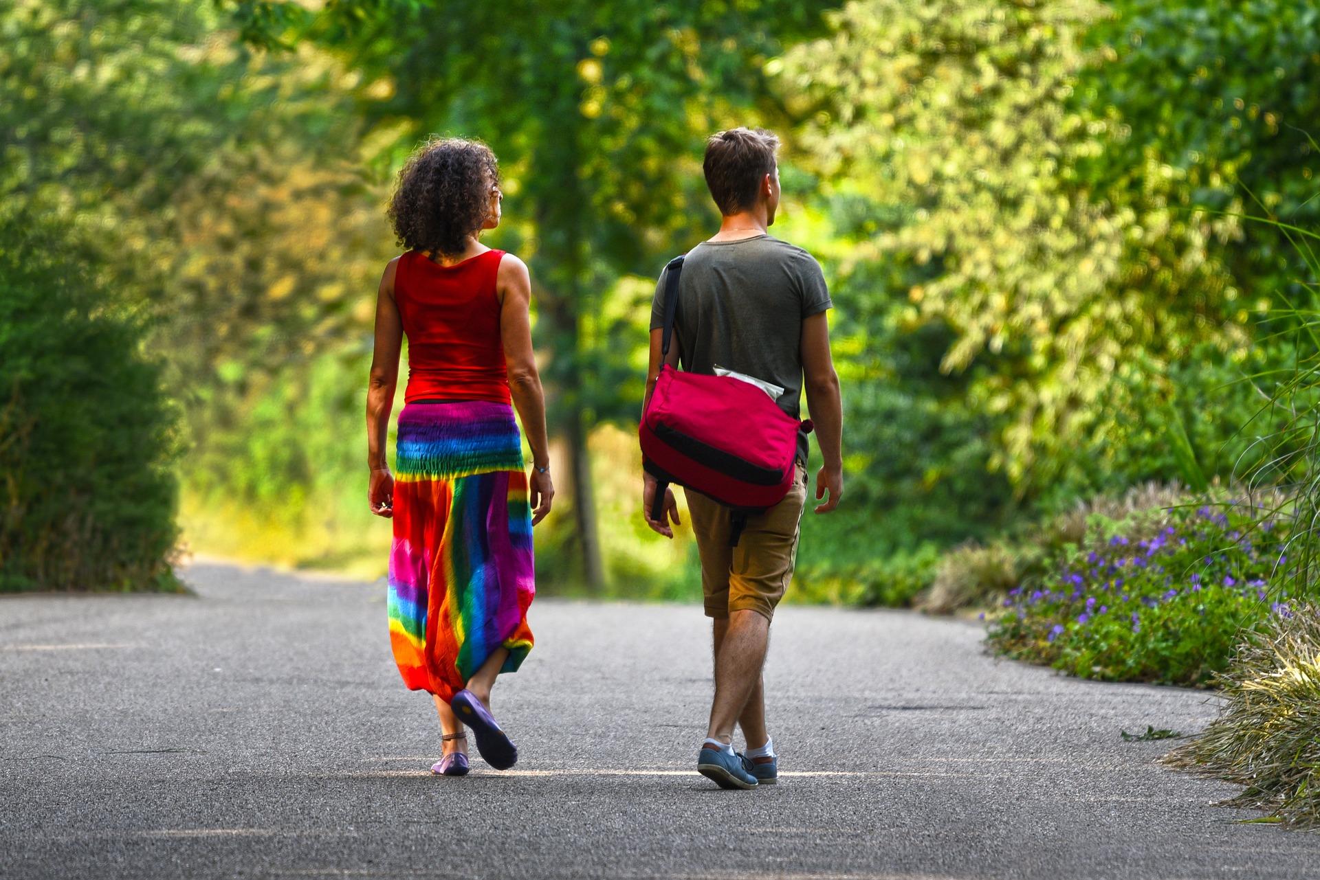 coppia passeggia