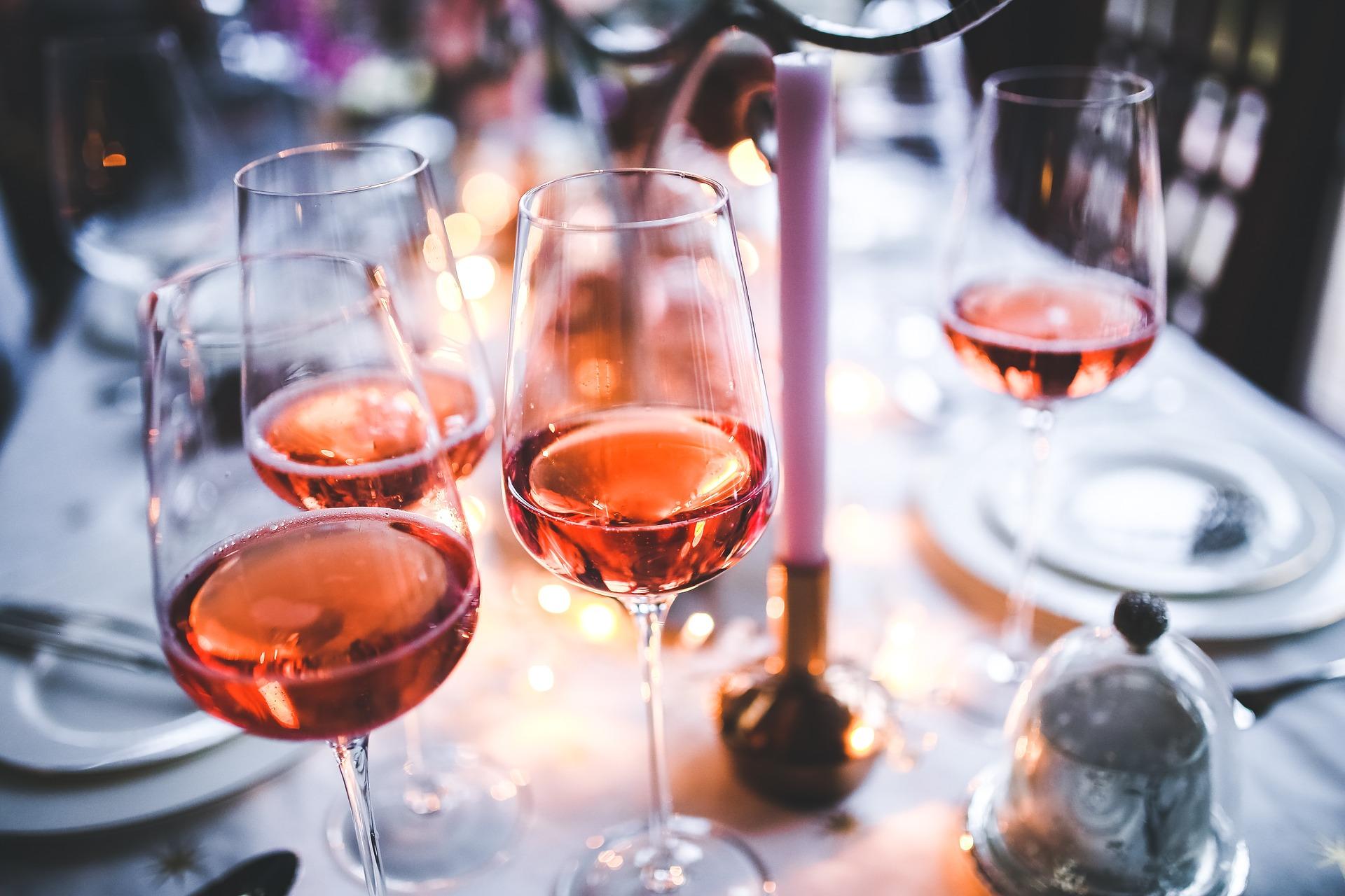 vino su tovaglia bianca