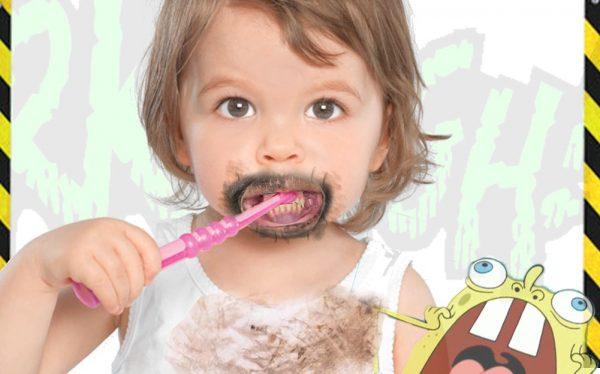 bimba che lava i denti