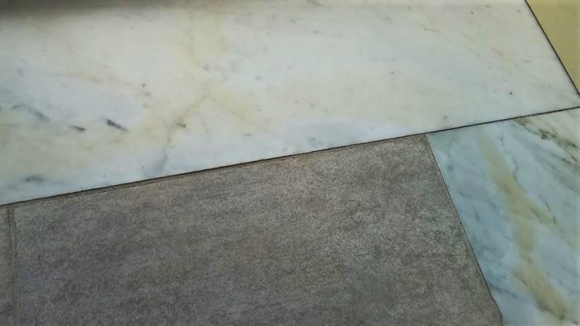come pulire macchie sul marmo