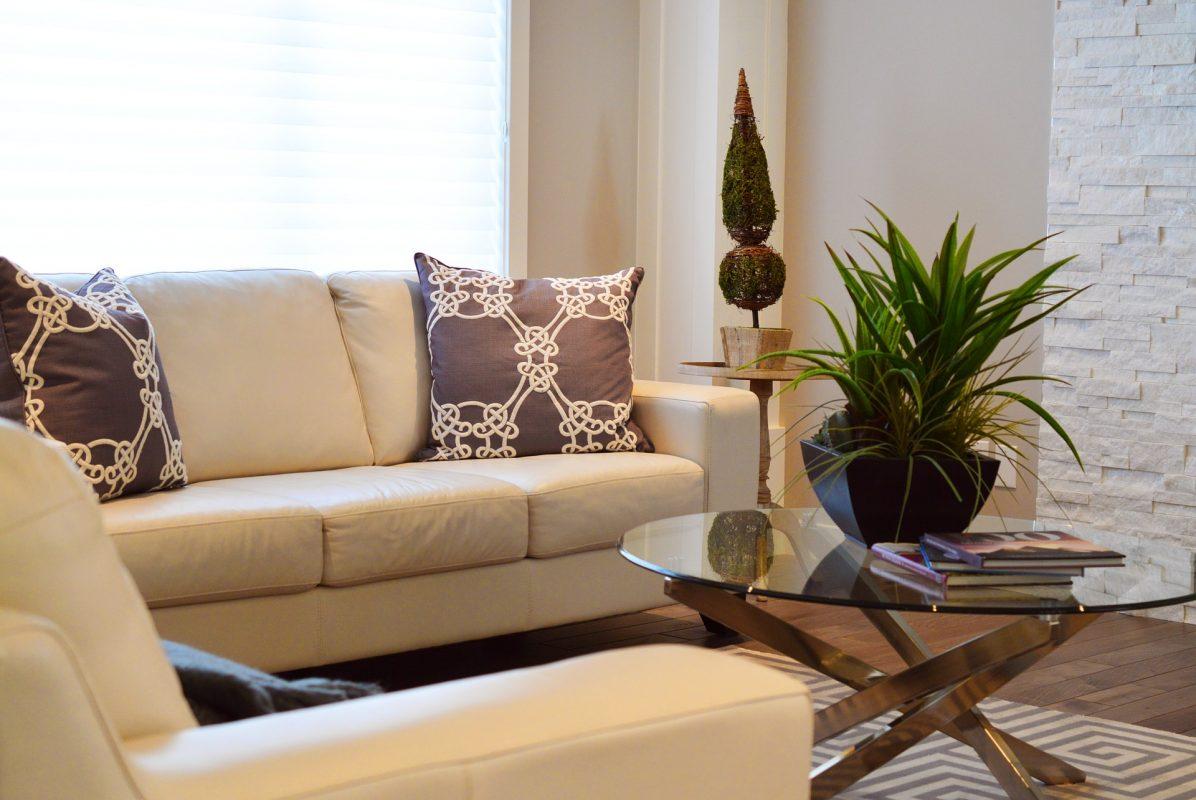 come pulire il divano in pelle bianca con un ingrediente naturale