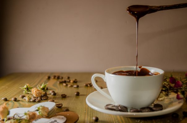 Come pulire le macchie di cacao asciutte dalla maglietta bianca