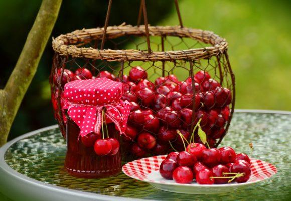 Come pulire le macchie di marmellata di ciliegie dalla maglietta di cotone colorato