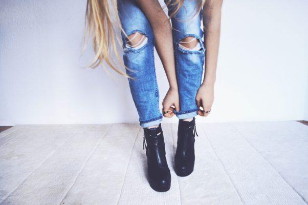 Come pulire le macchie di sangue secche sui jeans