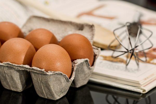 Come pulire le macchie di uovo dalla tovaglia di cotone colorata