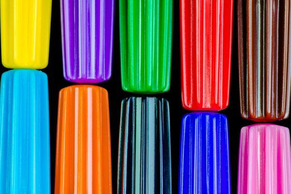 Come pulire le macchie di pennarello dalla tovaglia di cotone colorata