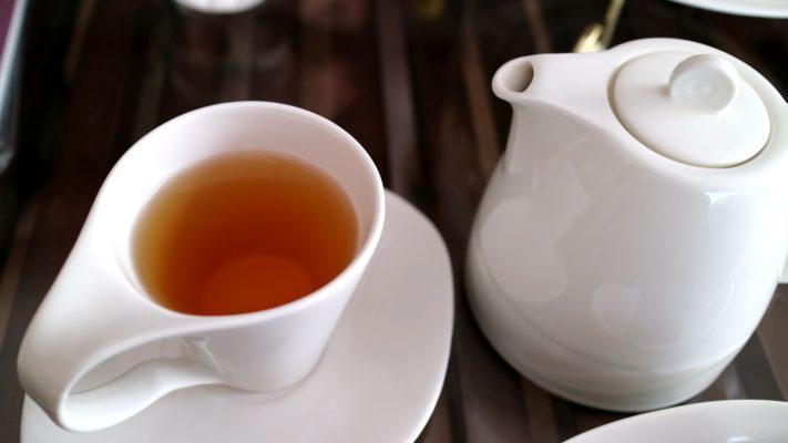 Come pulire le macchie di tè secche dalla tovaglia di cotone colorata
