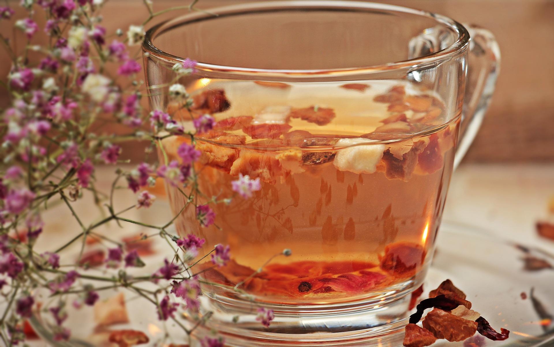 Come pulire le macchie di tè fresche sulla tovaglia colorata