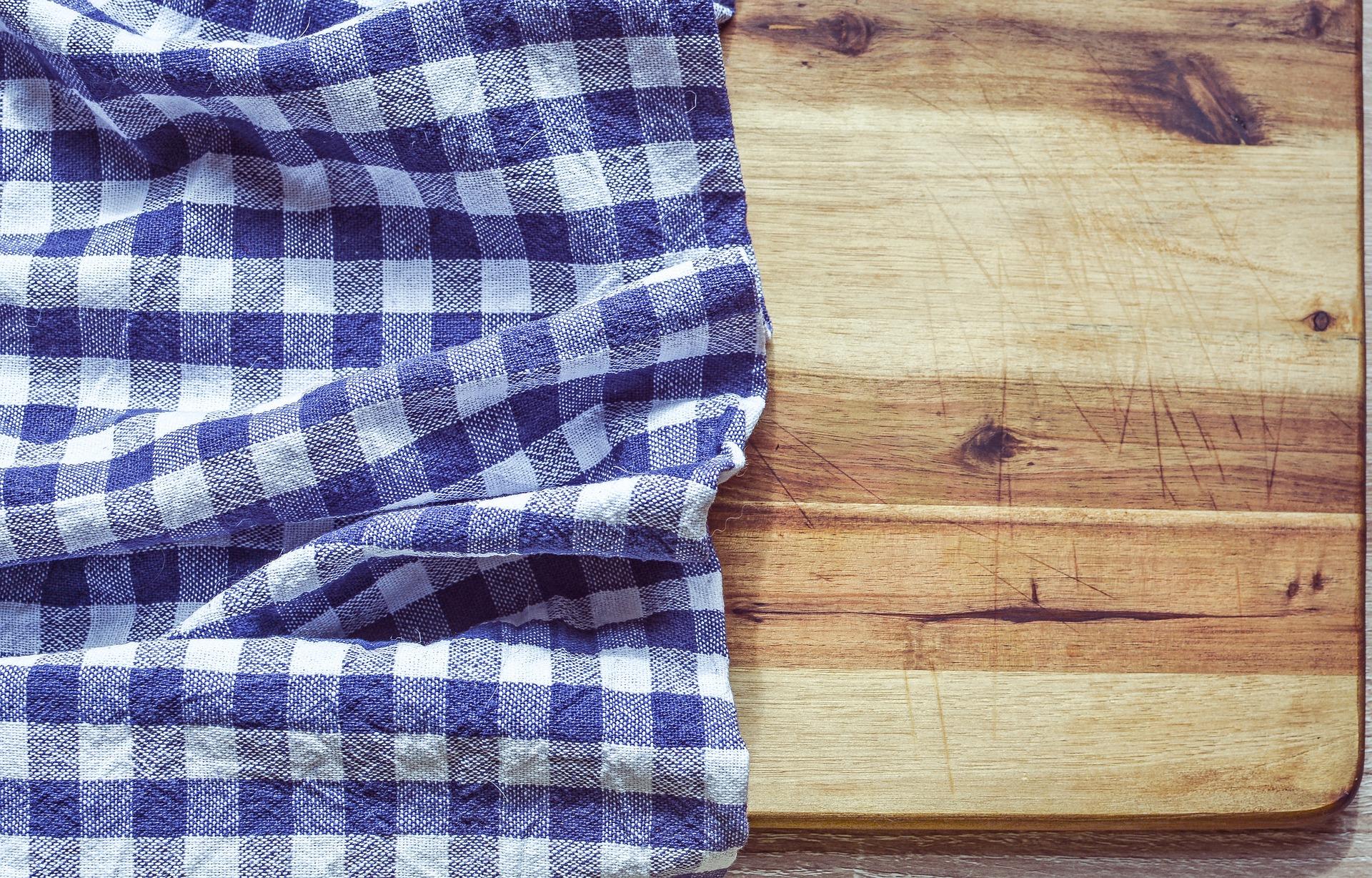 Come pulire le macchie di olio fresco dalla tovaglia di cotone colorata