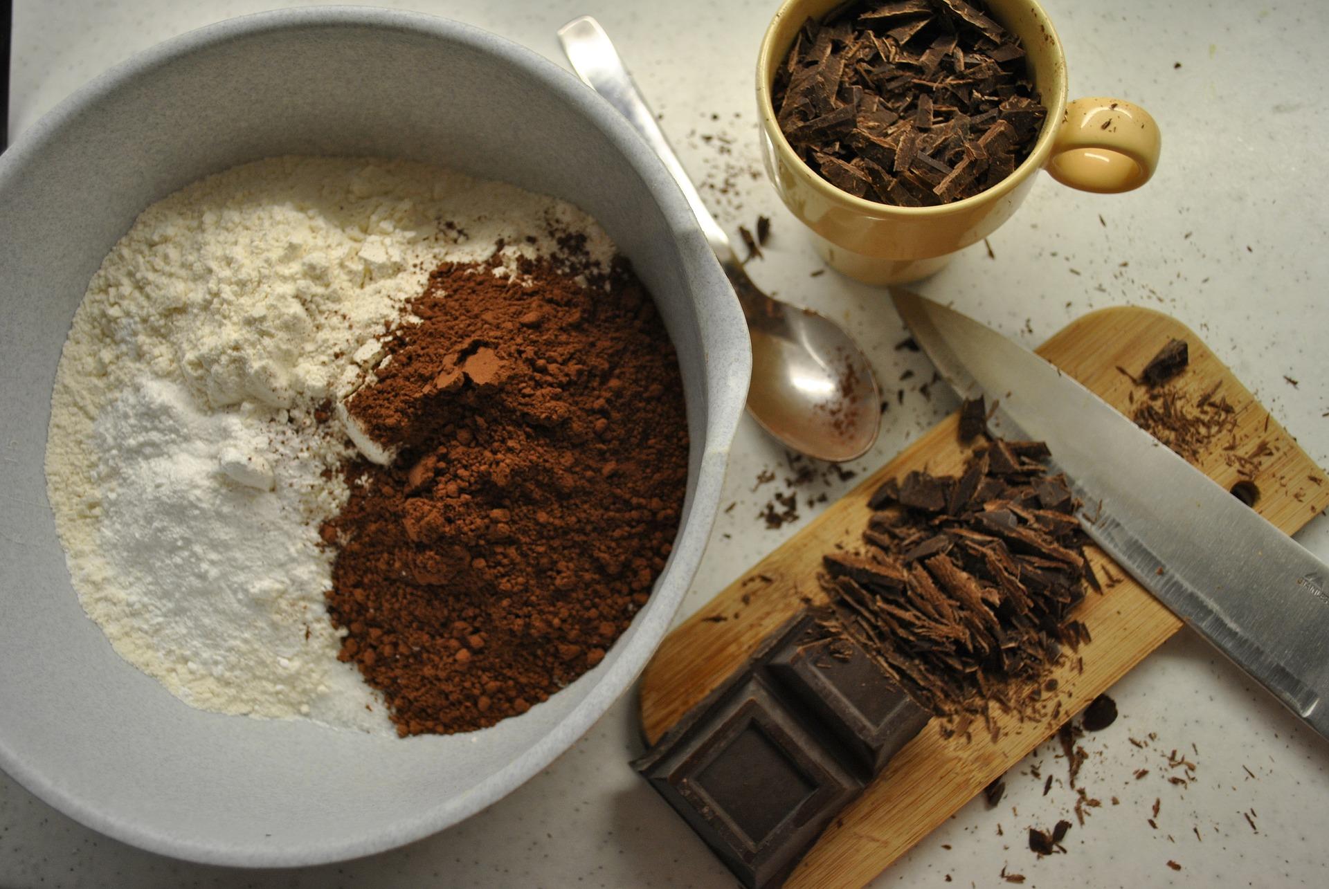 Come pulire le macchie di cacao fresche dalla tovaglia bianca