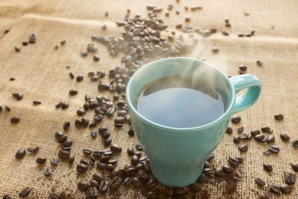Come pulire le macchie di caffè secche dalla maglietta di cotone colorata