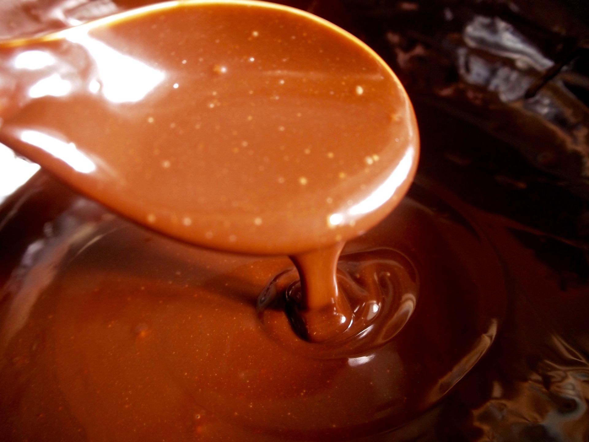 Come pulire le macchie di cacao fresche dalla tovaglia colorata