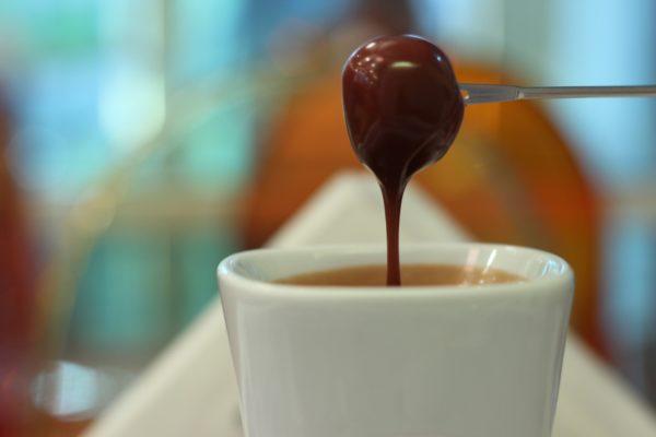 Come pulire le macchie di cacao asciutte dalla camicia colorata