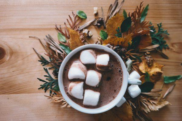 Come pulire le macchie di cacao fresche dalla camicia bianca