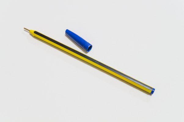 Come pulire la maglietta colorata macchiata di biro