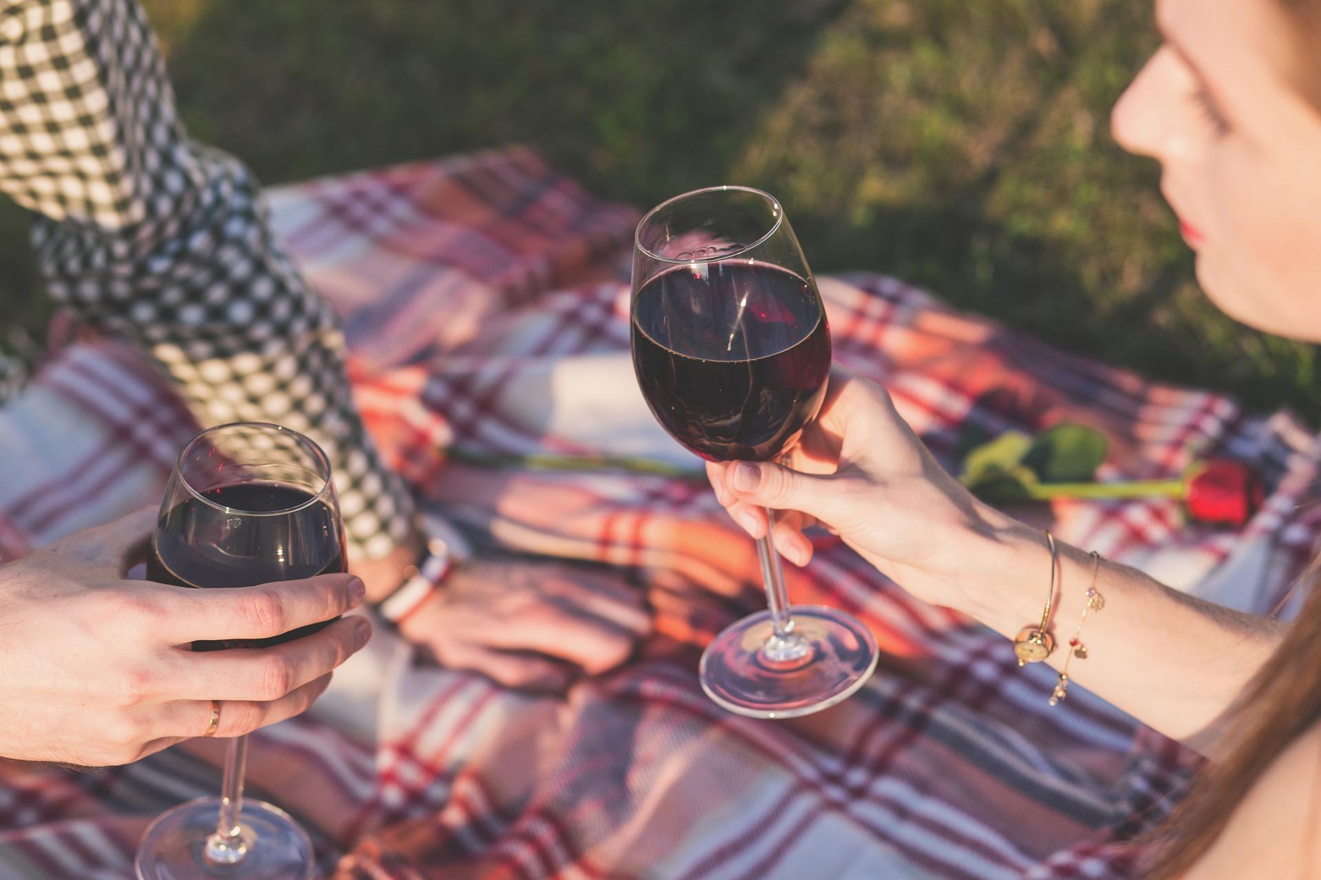 Come pulire la camicia colorata macchiata di vino