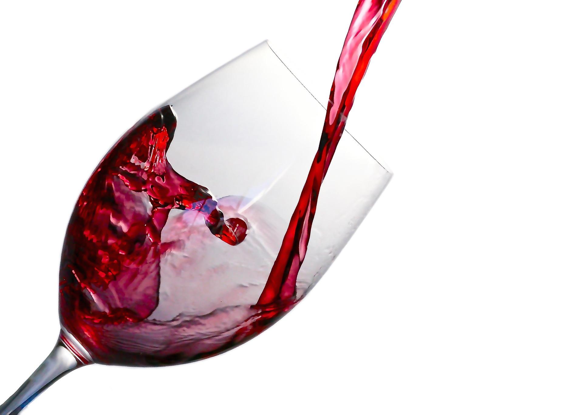 Come pulire la maglietta colorata macchiata di vino