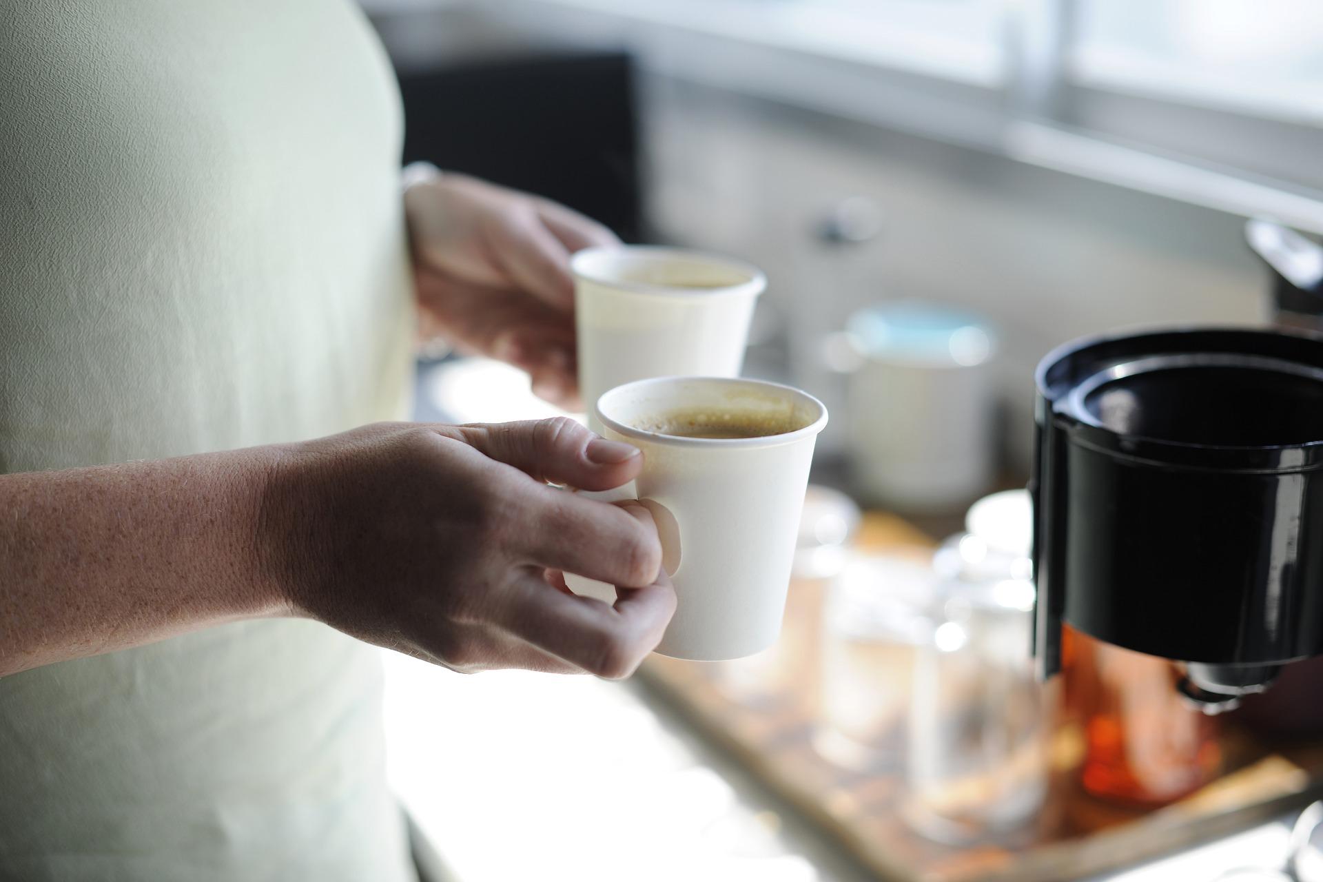 Come pulire le macchie di caffè secche dalla maglietta bianca