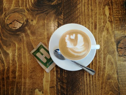 Come pulire le macchie di caffè secche dalla camicia bianca