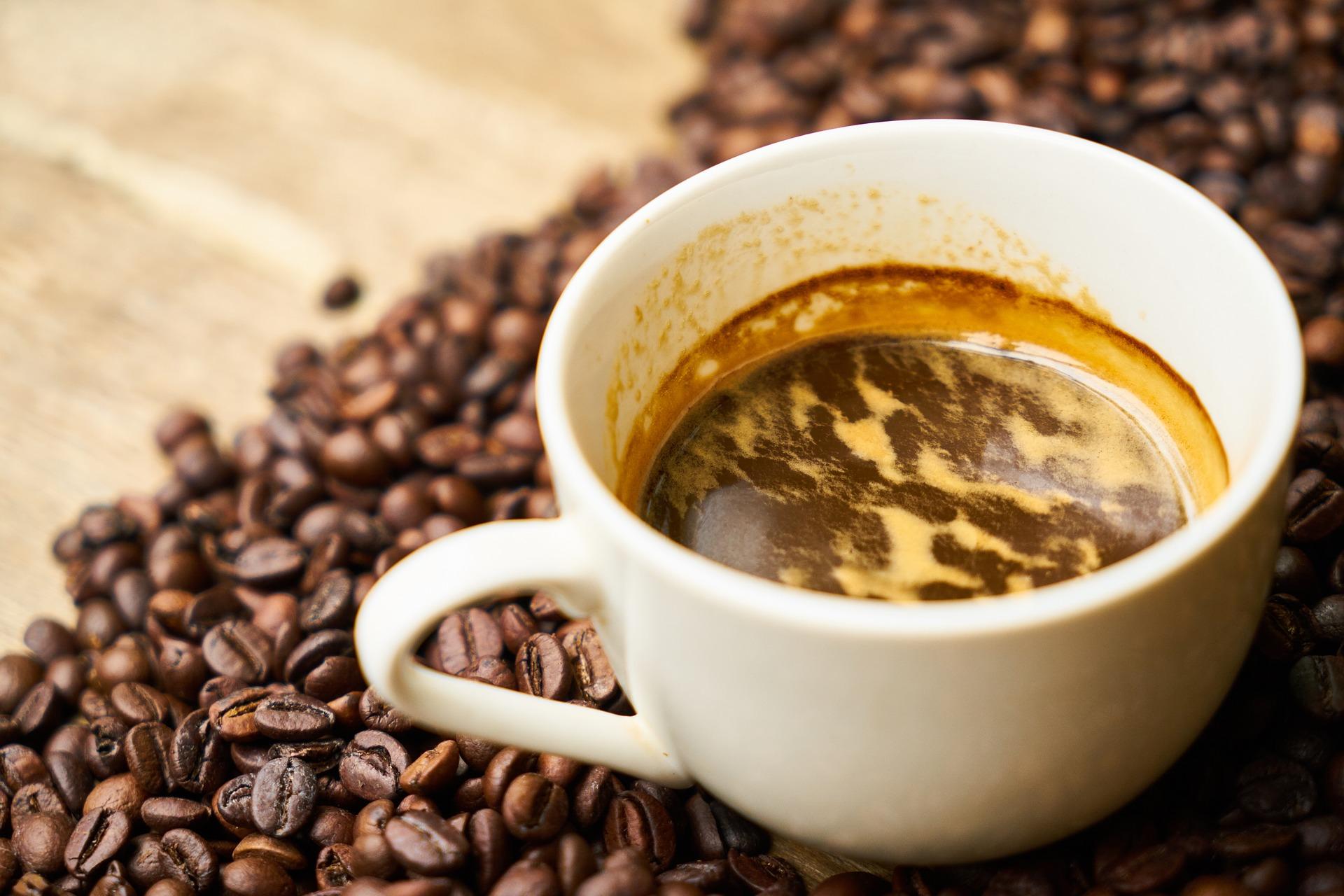 Come pulire le macchie di caffè secche dalla tovaglia bianca