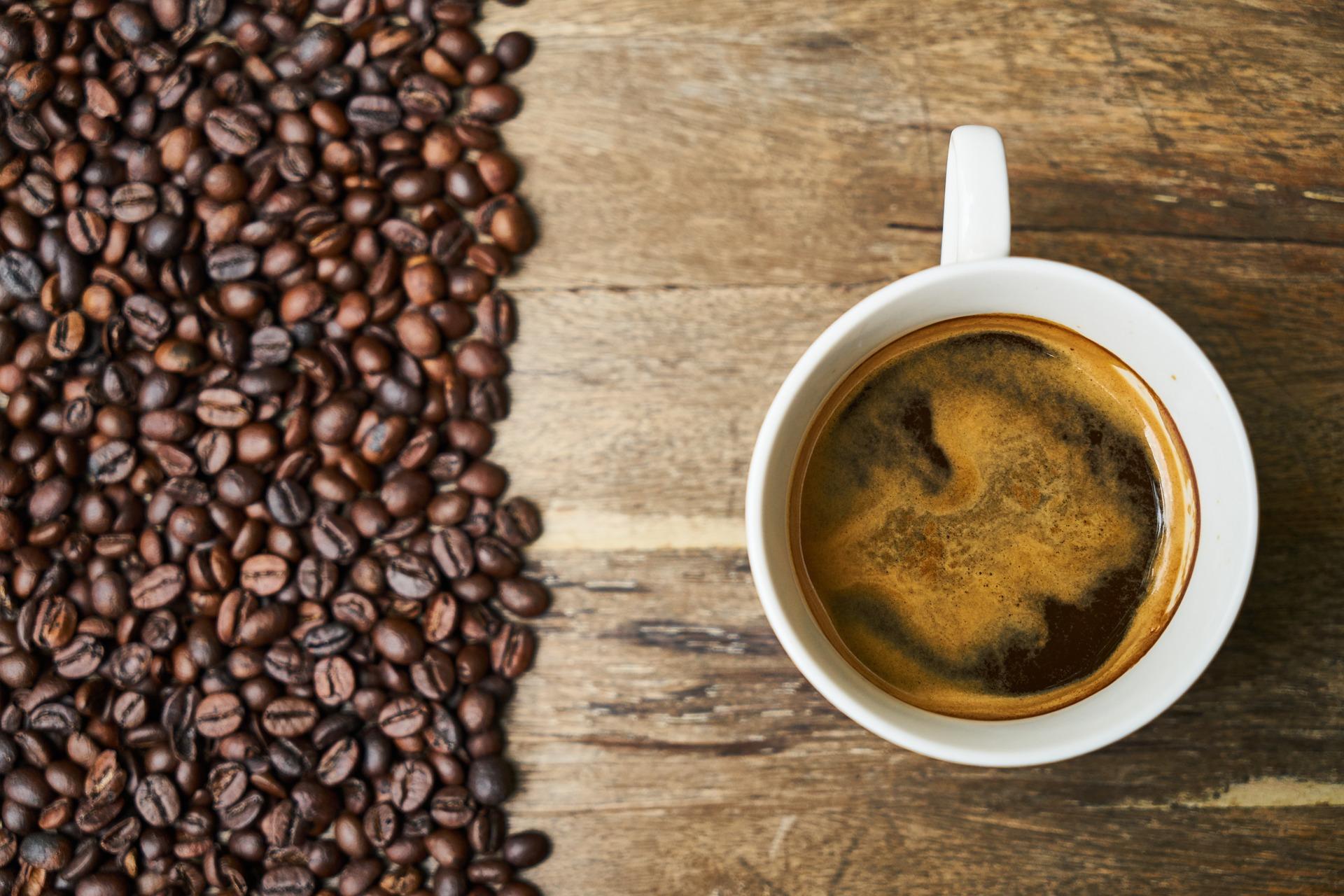 macchie di caffè camicia colorata