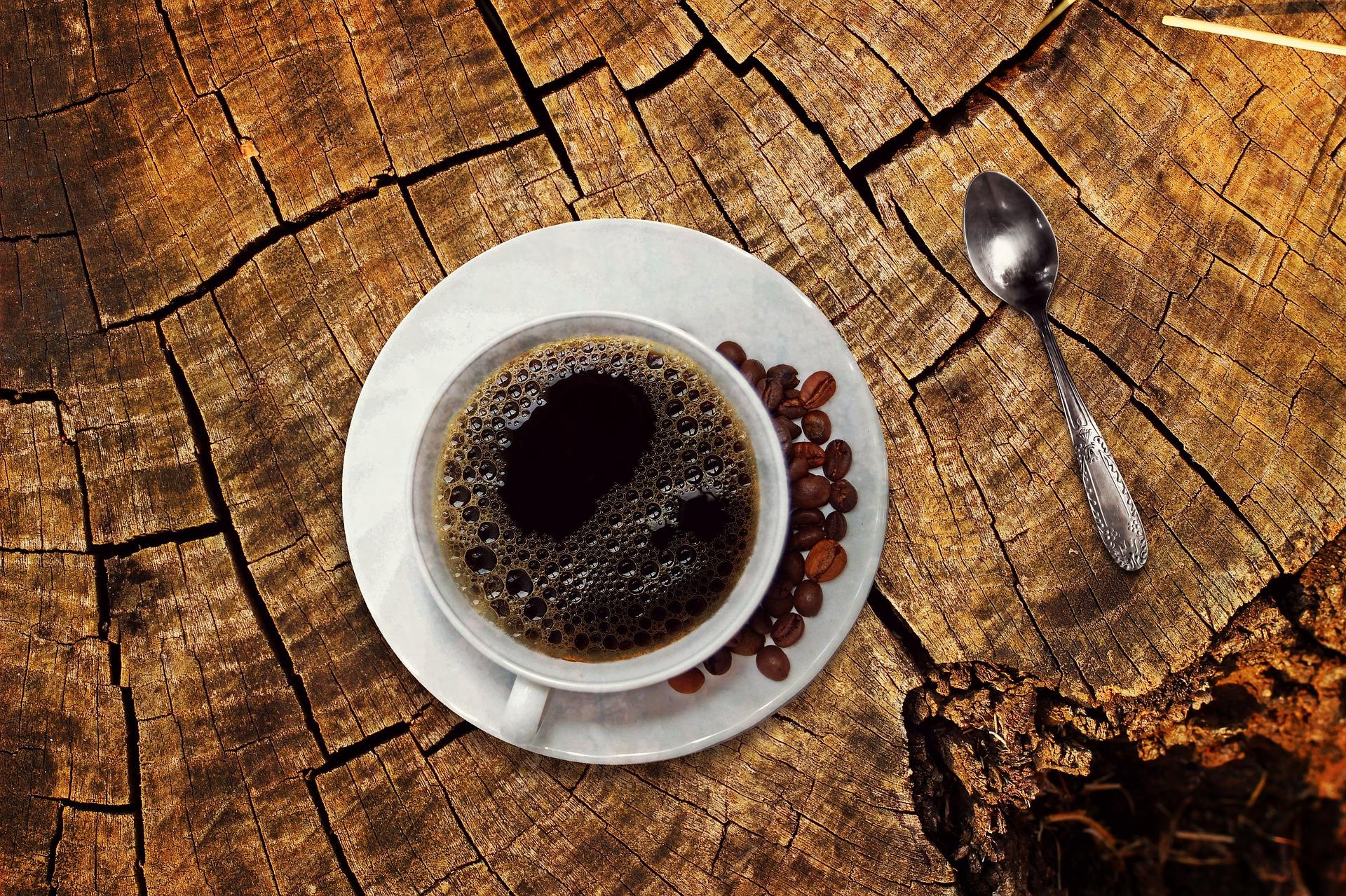 come pulire tovaglia bianca caffè