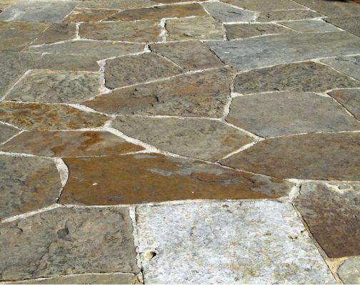 Come pulire il pavimento in pietra naturale esterno